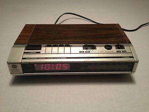 Vintage GE 7 4634 Woodgrain Digital Alarm Clock Radio w Battery Backup